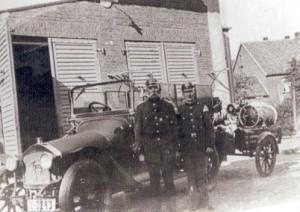 Schötmars motorisierte Feuerwehr um 1931 mit Feuerwehrmann Walter und Hornist Kleeböhmer